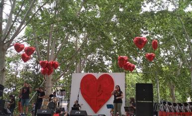 Compartint moments amb persones, que treballen per persones (com en aquest acte de Lleida Canta, organitzat per Coral Maristes Montserrat de Lleida), cantant, interpretant en Llengua de Signes, a taula, ballant, en resum vivint i compartint. Fellicitat!