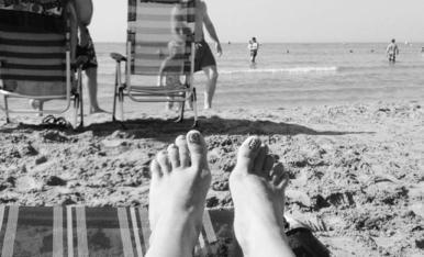 A la platja... Escoltant el soroll de les ones del mar. Marina Estrella Tarragó.