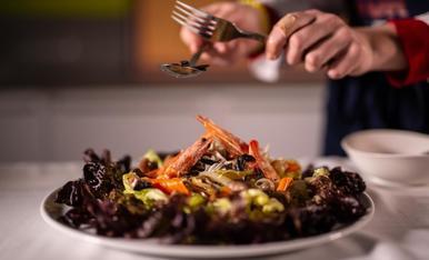 L'amanida de bolets i tòfona també incorpora llagostins i gules.