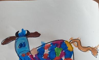 Eduard de 3 anys ha pintat la vaca de l Esbaiola't molt colorida