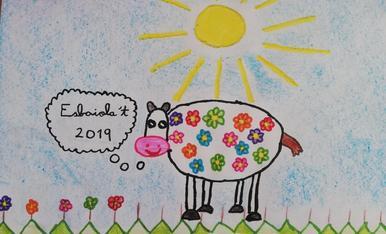 És una Vaca amb història.  Una vaca de la Natura  del Pirineu.   Per allà on passa va menjant Natura ( les flors), i que està pensant d'anar a l'Esbaiola't 2019