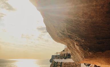 Cau la tarda en una cova sobre el mar