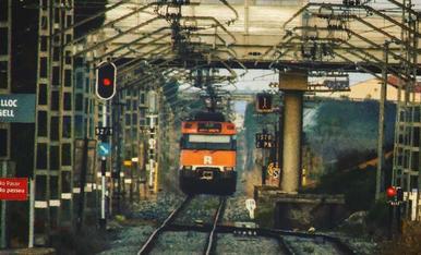 Tren marxan de l' estació de Bell. lloc D 'Urgell