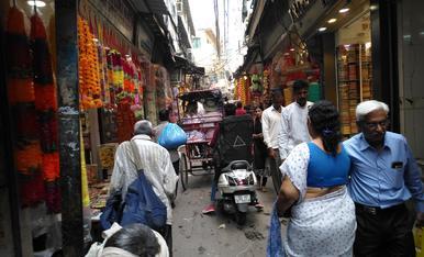 Enmig del mercat de Delhi amb la colla Som de Ponent
