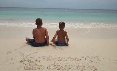 Gaudint de la familia a les illes Caiman