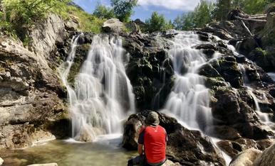 Hem estat de vacances a la Vall d'Aran. Aquí veiem una cascada al riu Aiguamog.