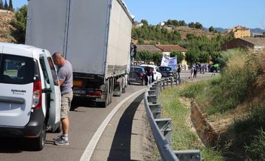 Els afectats per l'incendi de la Ribera d'Ebre tallen la C-12