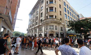 Desenes de persones en la inauguració d'una nova botiga de calçat urbà a Lleida