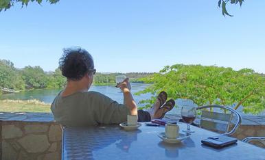 Gaudint d'un cafè amb gel amb una vista increïble del riu Ebre