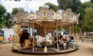 Carrusel a la població de Vichy , per gaudir els.petits i els més grans