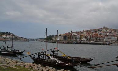 Estem veient una part de la riba del riu Douro a la ciutat de Porto (Portugal)