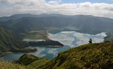Els núvols de l'estiu, el bon temps reflectits en aquest bonic llac, el Lagoa do Fogo de la Illa de Sao MIguel (Açores)