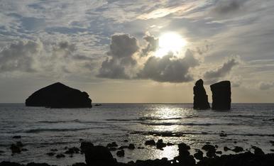 Qui no es relaxa amb una posta de sol així? Estem a la praia dos Mosteiros de la Illa de Sao Miguel (Açores)