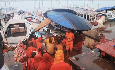 Marea taronja de pelegrinatge al riu Ganga.
