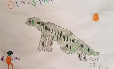 El Ian té 3 anys i ha dibuixat la visita que va fer aquest estiu a Dinosfera, museu de dinosaures de Coll de Nargó. Va aprendre moltes coses dels dinosaures i dels fòssils.  Títol del dibuix: El meu dino