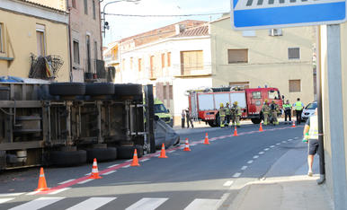 Bolca un tràiler carregat d'ordi i causa danys en dos cases a Castelló de Farfanya