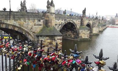 Des de Praga amb amor. Candaus al costat del pont Carles.