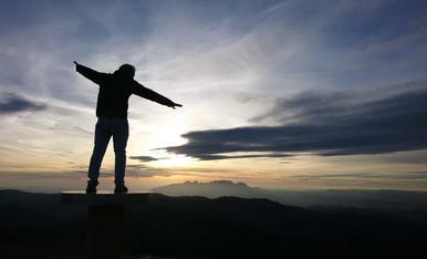 Des del cim del Montcau, una bonica posta de sol amb les muntanyes de Montserrat al fons.