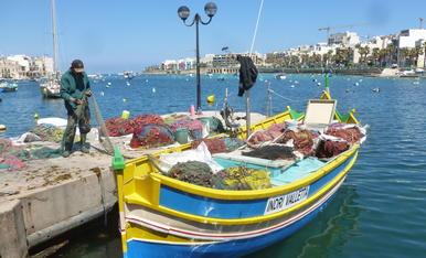 Posant ordre a les xarxes. Pescador de Marsaskala a l'illa de Malta.