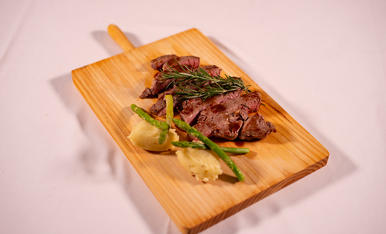 Aquest plat es flameja amb el vermut que li tranfereix el seu sabor i aroma a la galta de poltre.