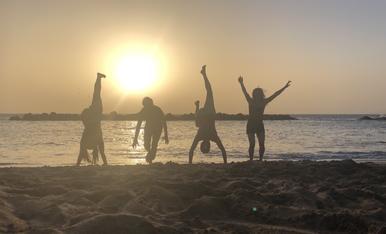 Ballar sota la llum de la posta de sol