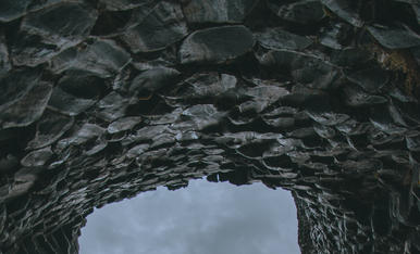 Cova de columnes de basalt. Islandia