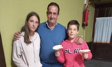 El padrí i els seus néts amb els primers moixernons de la temporada.
