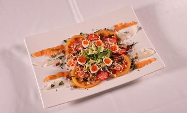 L'amanida de caviar barreja fruits secs, fruits vermells, alvocat, ous de guatlla i peix, un plat molt saborós.