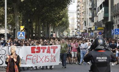 Los manifestantes, delante de la subdelegación del gobierno español en Lleida.