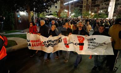 """Mil persones llancen paper higiènic """"contra la repressió"""" a Lleida"""