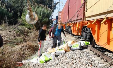 Desenes de persones s'emporten perfums, vi i cablatge del tren descarrilat entre Puigverd i Juneda