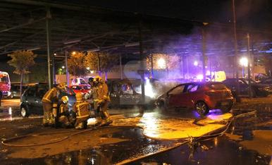 Incendi en quatre vehicles als Camps Elisis de Lleida