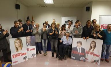 Concep Cañadell, al centre, al costat dels candidats de JxCat.