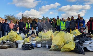 © Veïns recullen els residus al Palau