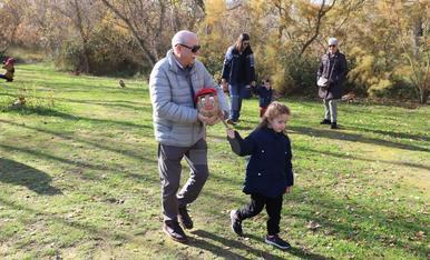 Famílies busquen el seu tió al parc de la Mitjana de Lleida