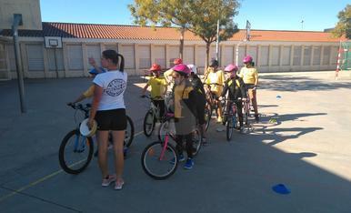 Los alumnos de la escuela Enric Farreny hacen orientación y técnica de bicicleta con una campeona
