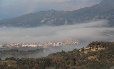 El poble engolint per la boira. ( Sant Pere de Torelló ) La comarca d'Osona. Barcelona.
