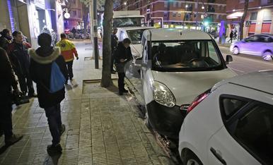 © S'encasta contra cotxes aparcats