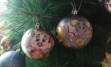 Dos boles de  nadal pintades amb aquarel·les  per a cada any. (2018, 2019).    VIKTORIIA HAVIADA