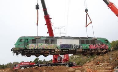 Aixequen la locomotora encallada a Vinaixa