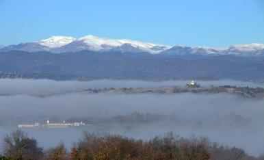 Boira a les fondalades de la comarca d'Osona i neu el Pirineu
