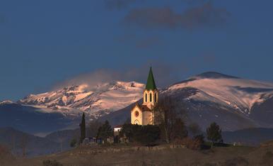 L'Ermita de Puig-Agut de Manlleu . ( La comarca d'osona)          i el Pirineu de fons.