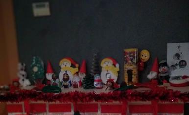 La ximeneia de Nadal amb els tios, mitjons i manualitats dels nens del col.legi.