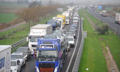 © Tallada l'autovia per un xoc entre tres camions