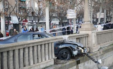 Un conductor fugado estampa el coche contra el muro del río en Lleida