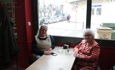 Lidia y Miracle, tomando un café durante una de sus salidas.