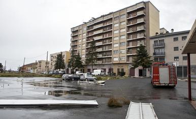 El vent va arrancar la teulada dels blocs Flors de Maig, a Cervera, i la caiguda va provocar danys als cotxes.