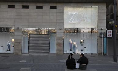 El Zara de l'Eix Comercial, tancat ahir a la tarda.