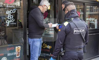 © Mossos i Urbana tancant bars i restaurants