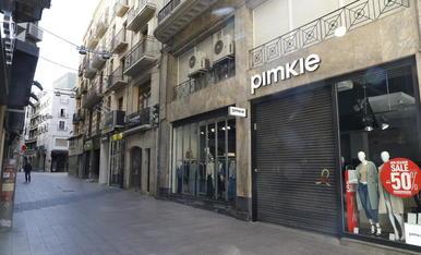 L'Eix Comercial es va quedar buit ahir després que tanquessin més del 90% de les botigues.
